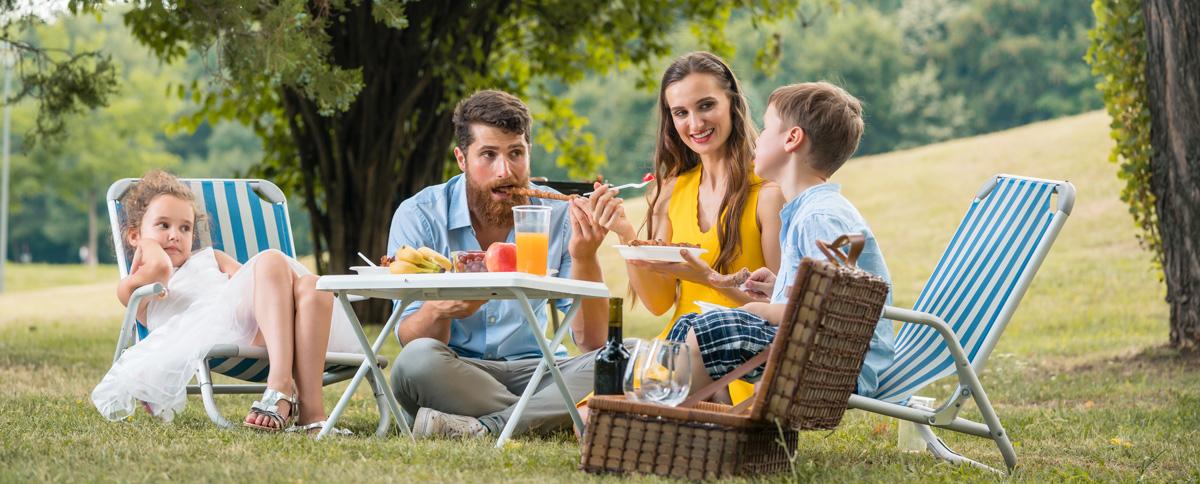 Bannière avec une famille pendant un repas en plein air